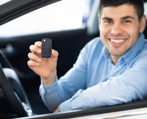Mann im Auto schaut aus dem Fenster